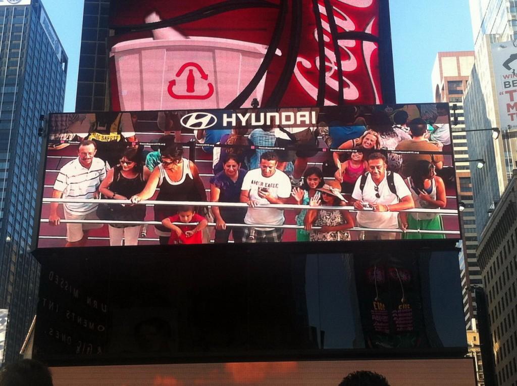 Shaila y Eli con su minuto de gloria en la pantalla principal de Times Square