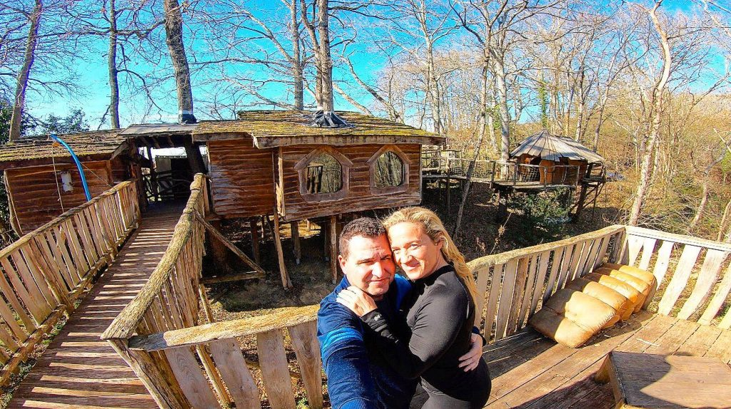 Mágico intercambio de casas en una cabaña en los árboles